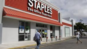 American stationer Staples says it will close 225 stores in the US and Canada as sales in the fourth quarter fell 10.6%