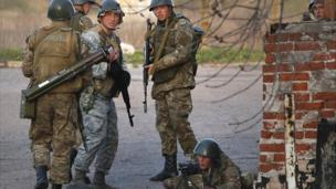 Ukrainian troops sent to reclaim locations seized by pro-Russia militia in recent days, have been seen in the centre of Kramatorsk.