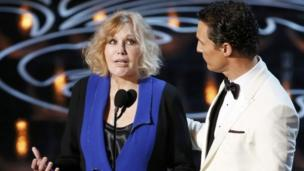 Vertigo actress Kim Novak says she felt bullied after people attacked her looks at this year's Oscars.