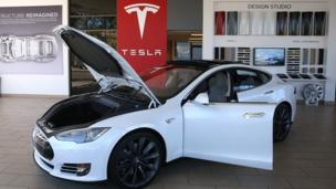 Electric carmaker Tesla is to team up with Japanese electronics firm Panasonic to build a battery manufacturing plant in the US.