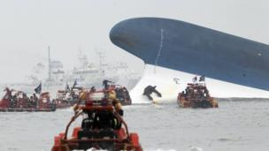Students who survived South Korea's ferry disaster describe how they floated out of flooded cabins, as the trial of the crew continues.