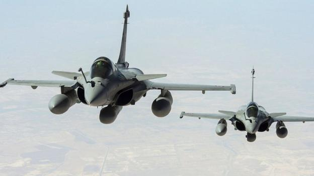 France has carried out its first air strikes against IS militants in Iraq, the French presidency says, joining the US in military action against the group.