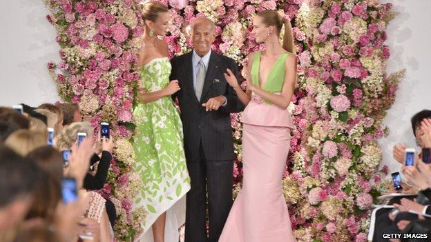 Dominican-born US fashion designer Oscar de la Renta, who dressed former first ladies Jackie Kennedy and Hillary Clinton, has died aged 82, US media report.