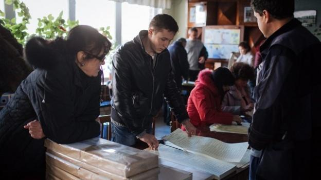 Ukrainian voters will go to the polls to elect a new parliament, amid the continuing conflict with pro-Russian rebels in the east.