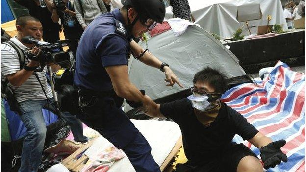At least 116 people have been arrested in Mong Kok, say Hong Kong police, as scuffles break out during operations to dismantle protest camps.