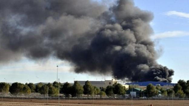 Ten people have died after an F-16 fighter jet crashed at a military base in Spain, the country's Defence Ministry says.