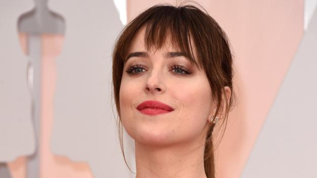 A spoof advert for IS starring Fifty Shades of Grey actress Dakota Johnson is broadcast on Saturday Night Live, causing a furore on Twitter.