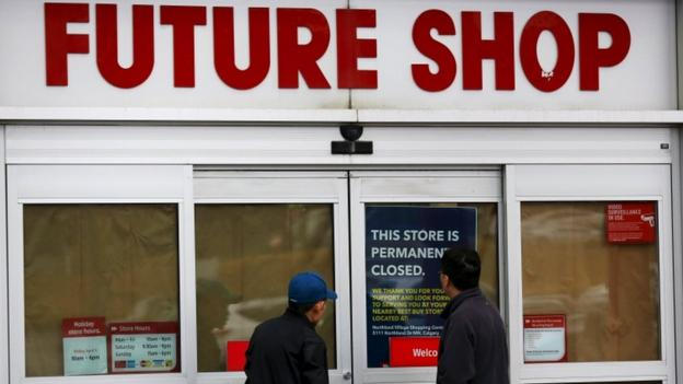 US consumer electronics chain Best Buy is closing its Canadian subsidiary, Future Shop, and converting 65 of its 131 stores into Best Buy outlets.