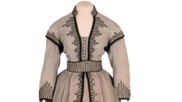 An outfit worn by actress Vivien Leigh in the film Gone with the Wind sells for $137,000 (£91,000) at an auction in California.