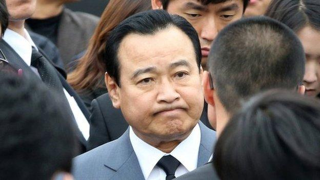 South Korea's Prime Minister Lee Wan-koo offers to resign after facing accusations of accepting bribes.