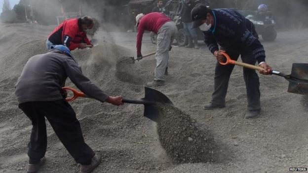 The eruption of the Calbuco volcano in southern Chile has calmed but the authorities fear further activity and possible mudslides.