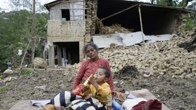 International efforts to bring aid to Nepal are stepped up as the death toll from Saturday's devastating earthquake reaches 3,726.