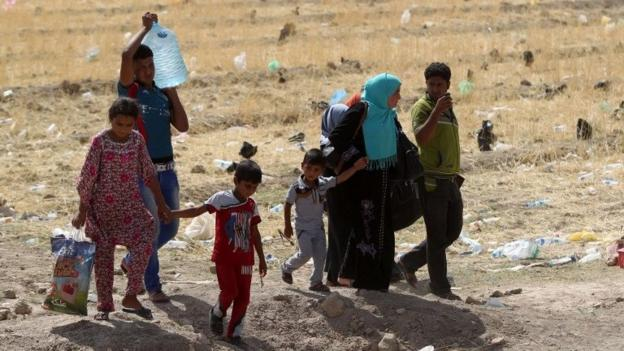 The UN tries to reach some 40,000 Ramadis displaced by the advance of Islamic State amid reports some are dying in the heat.