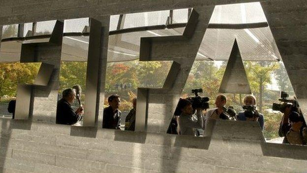 Swiss police arrest a number of officials from football world body Fifa over US corruption charges, the BBC learns.