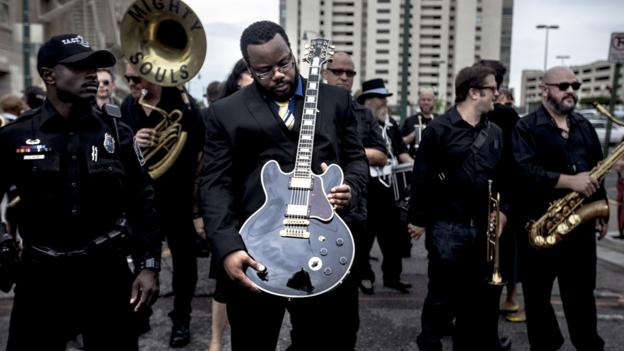 Blues artist BB King has been honoured with a street procession in Memphis a fortnight after his death at the age of 89.