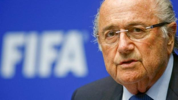 Emotional Fifa president Sepp Blatter is given a 10-minute standing ovation by 400 staff as he returns to its Zurich HQ after saying he will quit.