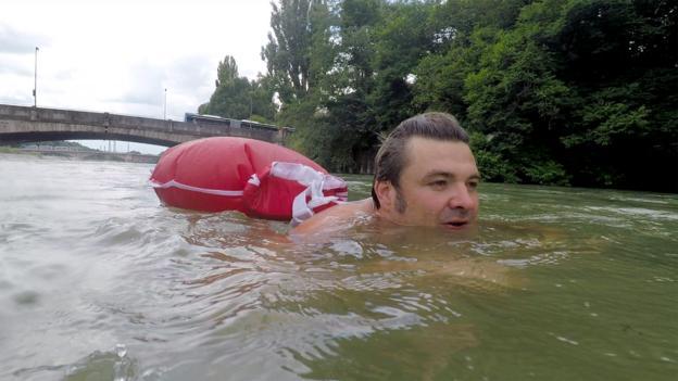 Aller travailler... à la nage!