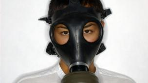 Woman wearing a gas mask (Copyright: Thinkstock)