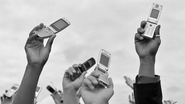 Peopel holding mobile phones in the air (Copyright: Thinkstock)