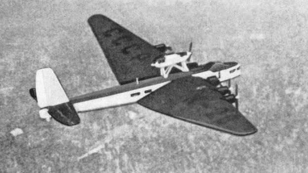 x飞机,是由12部引擎驱动的水上飞机