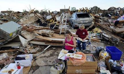Standy Stewart (r) and her pregnant daughter-in-law Robyn Rojas have their dinner at what left of their tornado devastated home on 21 May, 2013 in Moore, Oklahoma.