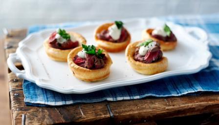 Mini Yorkshire puddings with roast beef and horseradish cream