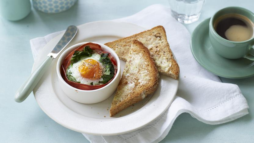 Baked egg with ham and spinach