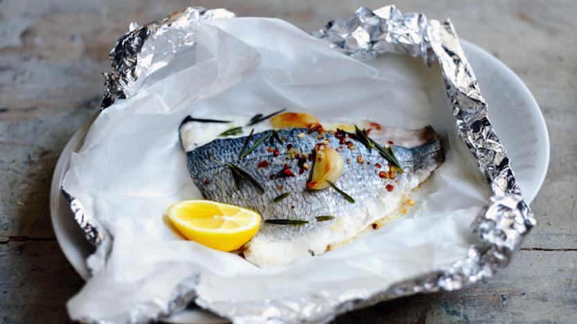 How to cook sea bream with garlic and rosemary