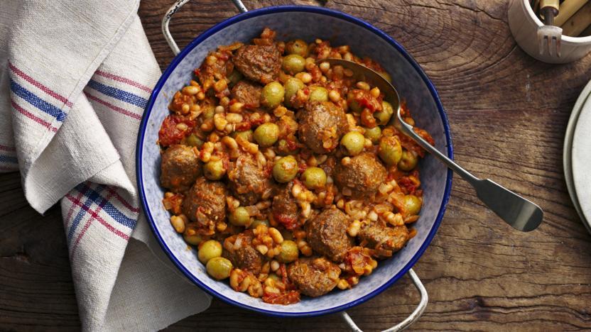 Meatballs in a spicy tomato sauce (Boles de picolat)
