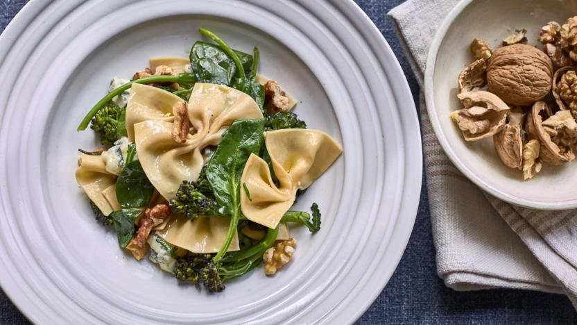 Fresh farfalle with spinach, gorgonzola and walnuts