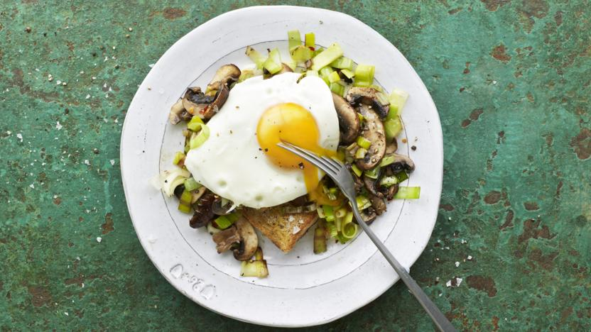 Mushrooms, leeks and fried eggs on toast