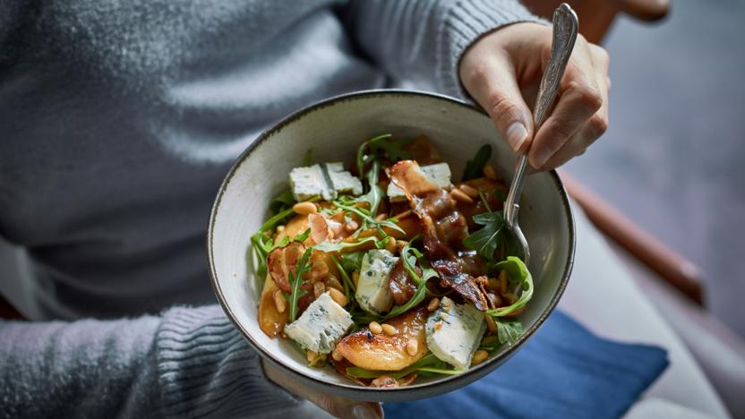 Pan-fried pear salad with pancetta, gorgonzola and a warm dressing