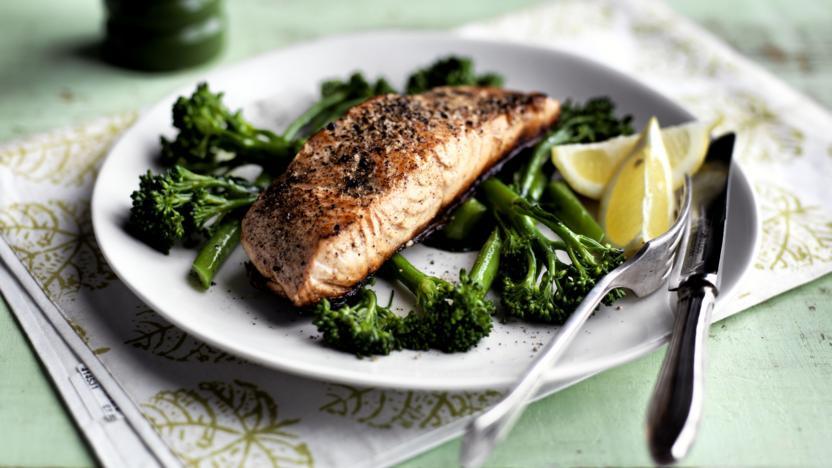 Pan-fried salmon with broccoli