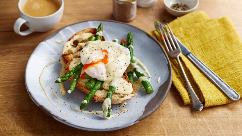 Poached eggs with hollandaise and asparagus on sourdough