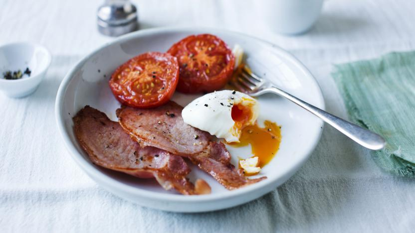 Poached eggs with bacon and tomatoes