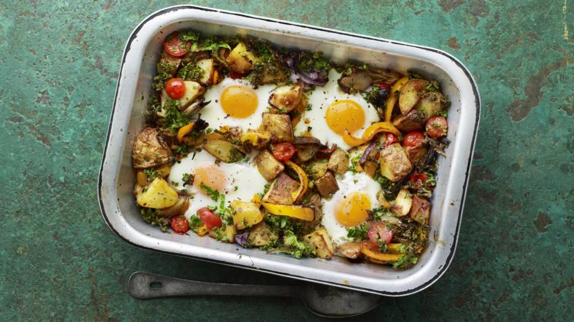 Potato hash with tomatoes, pepper and kale