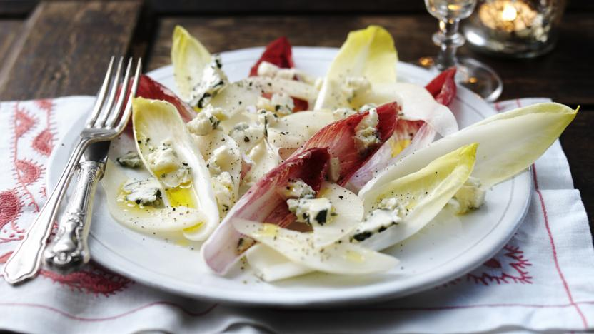 Roquefort salad with pears, chicory and walnut oil