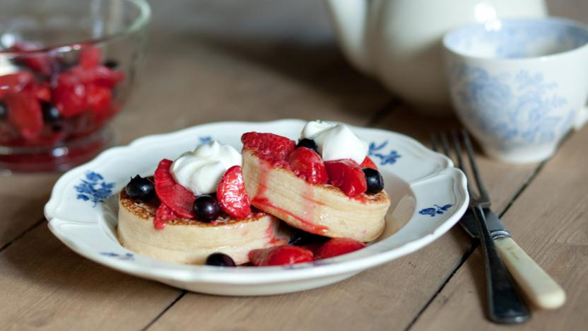 Toasted crumpets and warm spiced berries with yoghurt and honey