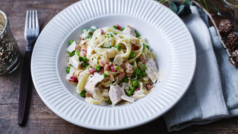 Leftover turkey pasta with bacon, peas and cream