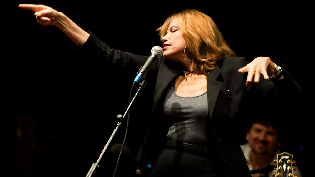 Carly Simon, still pointing the finger