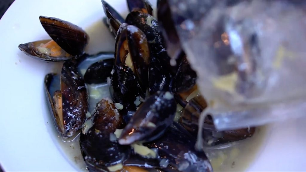 Researchers have found tiny pieces of plastic in all the samples of mussels they tested in British seawaters and bought from local supermarkets.