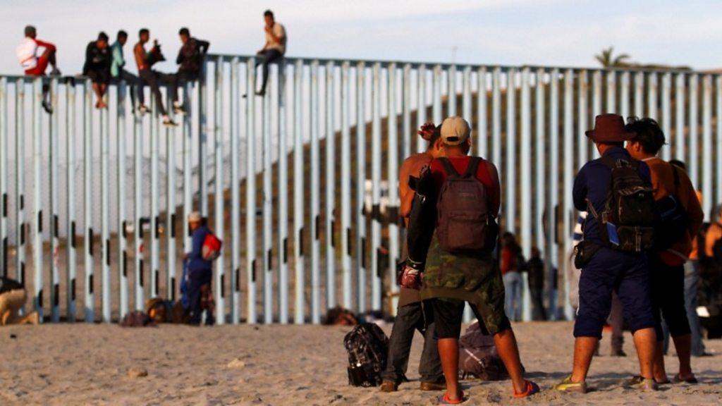 Migrant caravan group reaches US border thumbnail