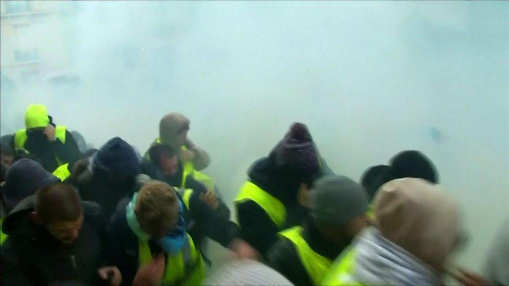 Movimiento del chaleco amarillo: la policía de París dispara gas lacrimógeno a los manifestantes
