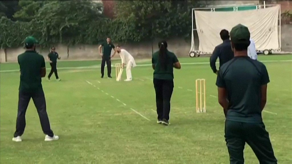 Prince William and Kate bowl over royal fans of Pakistan tour