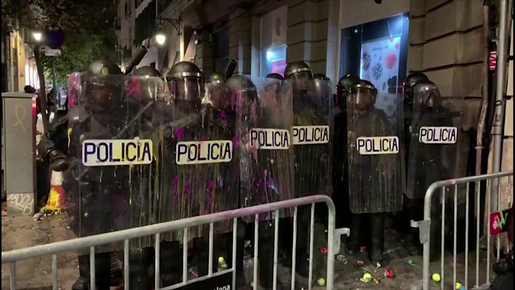 Catalonia crisis: Separatist protest draws 350,000 in Barcelona