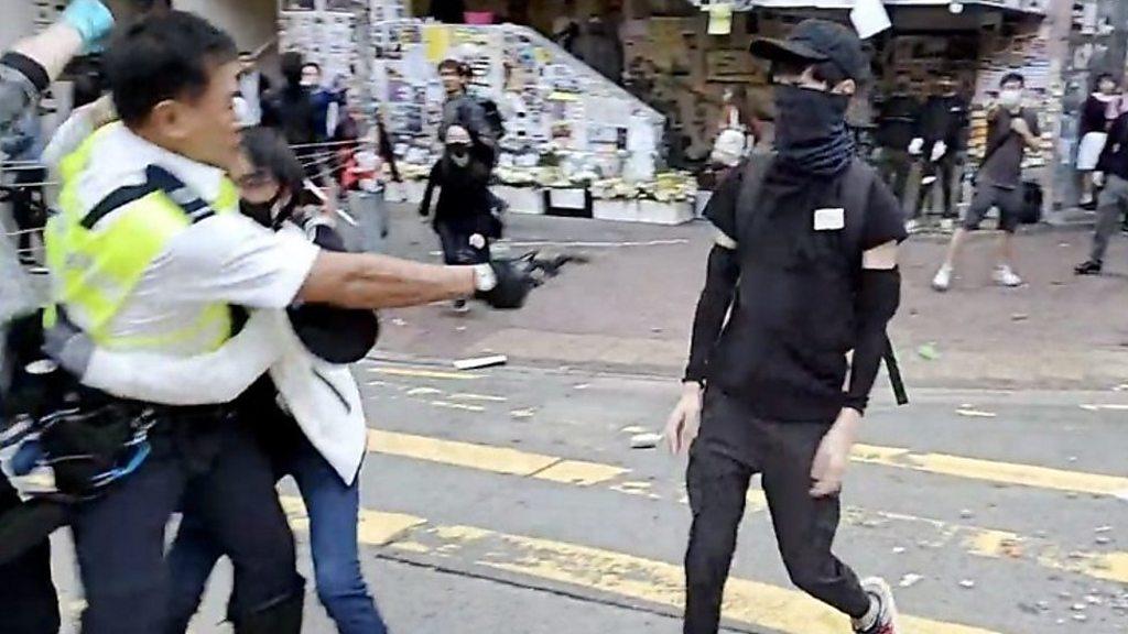 警官が発砲、デモ参加者が上半身撃たれ重体 香港 - BBCニュース