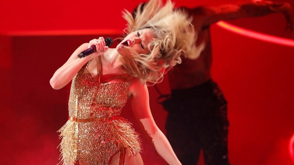 American Music Awards: Taylor Swift puts feud to one side as she beats Michael Jackson s record