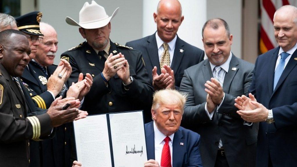 Reforma da polícia dos EUA: Trump assina ordem executiva sobre 'melhores práticas'