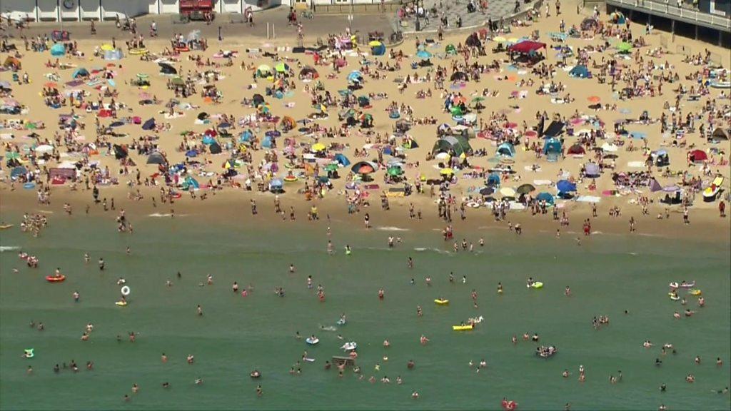 Coronavirus: Ministers 'reluctant' to shut seashores over crowds thumbnail