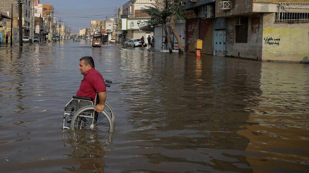 تجمع سیلزدگان خشمگین در خوزستان؛ شهردار بندر امام 'تعلیق شد' - BBC News  فارسی